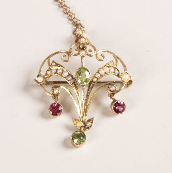 1020: Edwardian 9ct gold openwork pendant set with an o