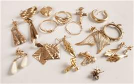 1275: A small collection of gold jewellery, to include