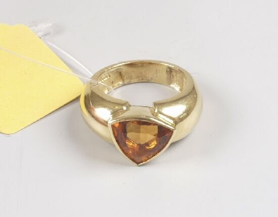 1008: 18ct gold dress ring set a single trian