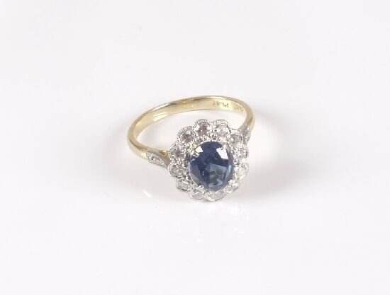 1019: 18ct gold and platinum oval sapphire an