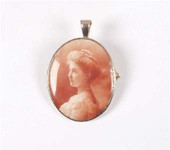 1169: An oval brooch/pendant with a transfer