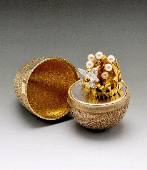 527: Stuart Devlin surprise silver gilt egg.