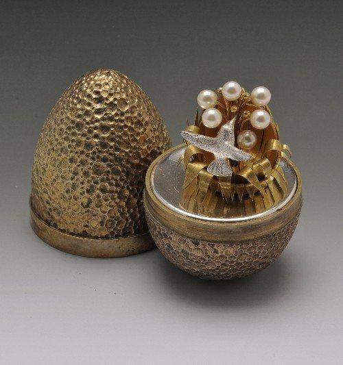 527: Stuart Devlin surprise silver gilt egg. - 2