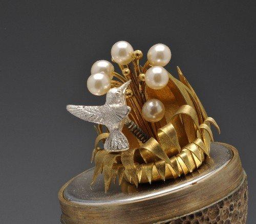 527: Stuart Devlin surprise silver gilt egg. - 3