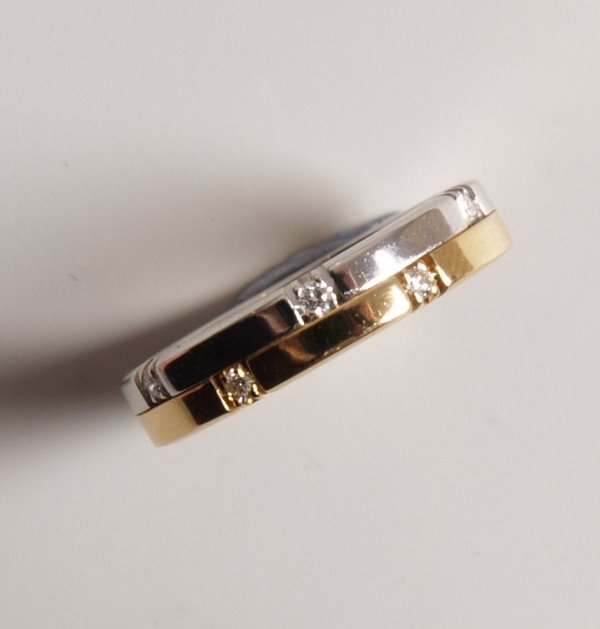 14: 18ct bi-colour gold two row band ring set with five