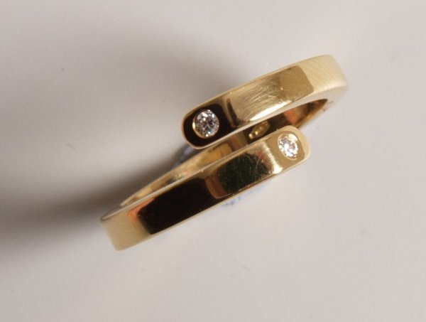 17: 18ct yellow gold openwork crossover ring with a rou