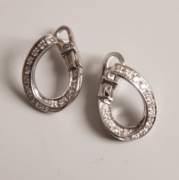 18: 18ct white gold twisted half hoop earrings set with