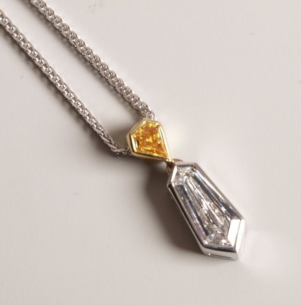 21: 18ct white gold pendant and chain set with a trapez