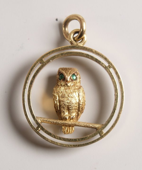 1005: 9ct yellow gold circlet pendant with a central ow