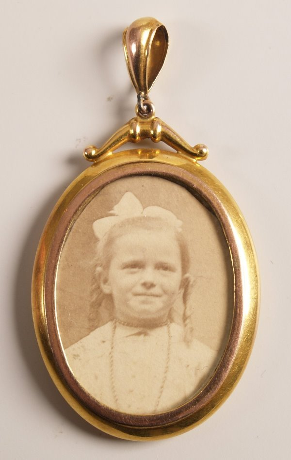 1006: Edwardian 9ct gold oval double sided photograph p