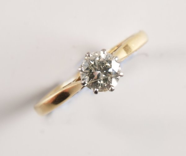 1009: 18ct gold and platinum mounted claw set single st