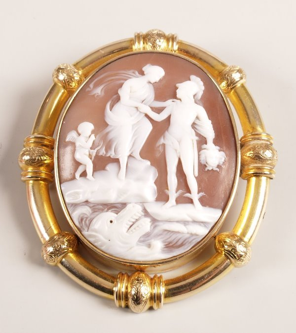 1012: Large oval shall cameo depicting Perseus holding