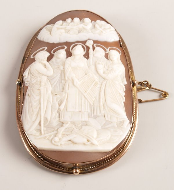 1013: 9ct gold mounted shell cameo brooch of distorted