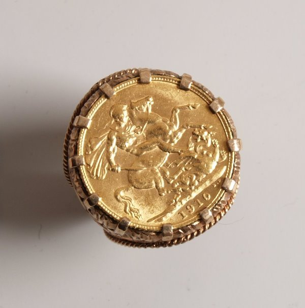1023: George V full sovereign coin in a heavy 9ct ring