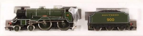4438: A Hornby 00 gauge model railway R817 S.