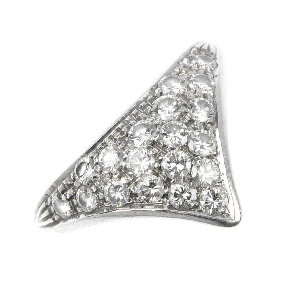 21: An 18ct gold diamond dress ring.