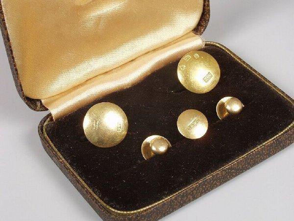 7: A cased set of five 18ct gold plain dress