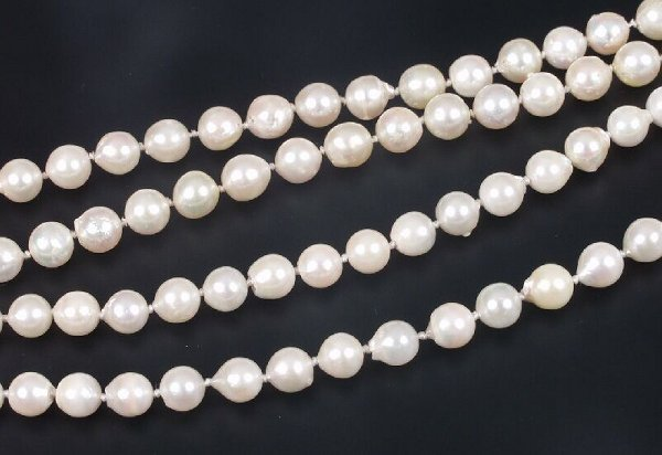 22: Two cultured pearl necklets to include a