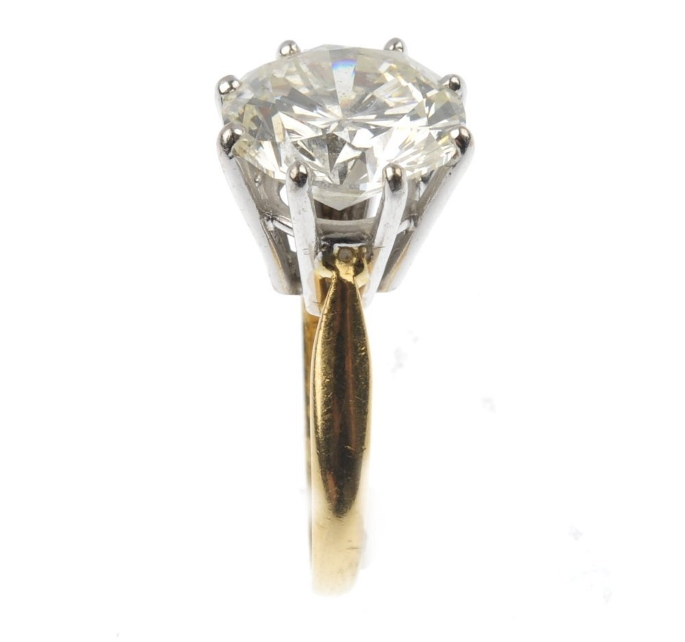 (527066-1-A) An 18ct gold fracture filled diamond singl