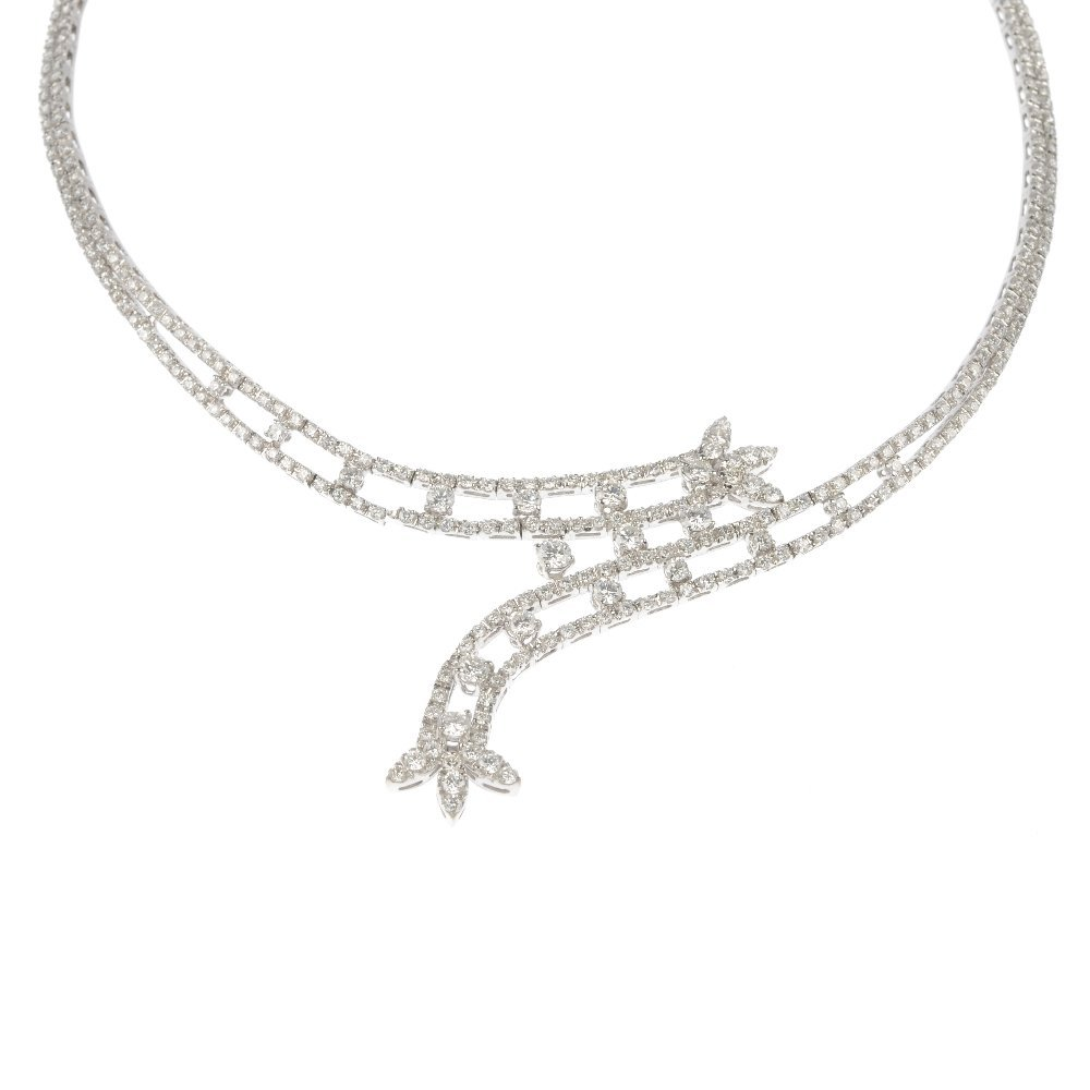 (527446-3-A) A diamond necklace.