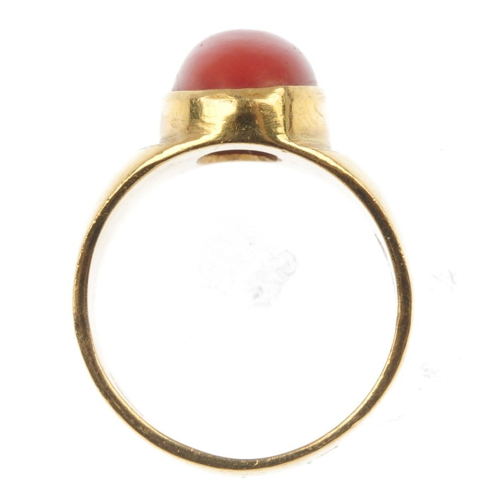 A 22ct gold coral single-stone ring. - 3