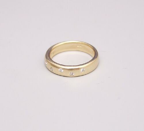 1007: 18ct gold band ring set with five diamo