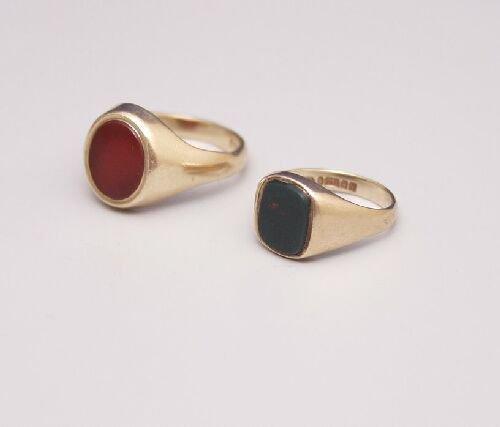 1008: 9ct gold oval signet ring set a corneli