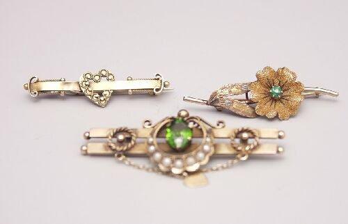 1010: Three Victorian 9ct gold bar brooches t