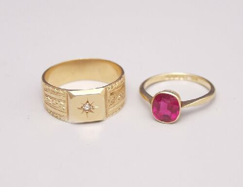 1011: A gentleman's 18ct gold signet ring sse
