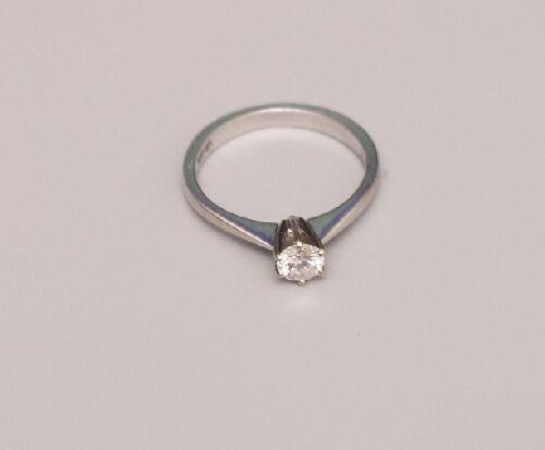 1024: 18ct white gold brilliant cut diamond s