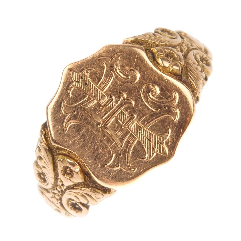 An early 20th century 9ct gold signet ring.