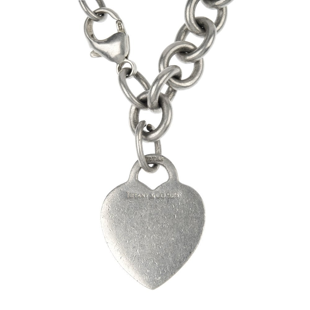 TIFFANY & CO. - a silver necklace.