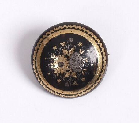 7: Circular tortoiseshell pique brooch with f