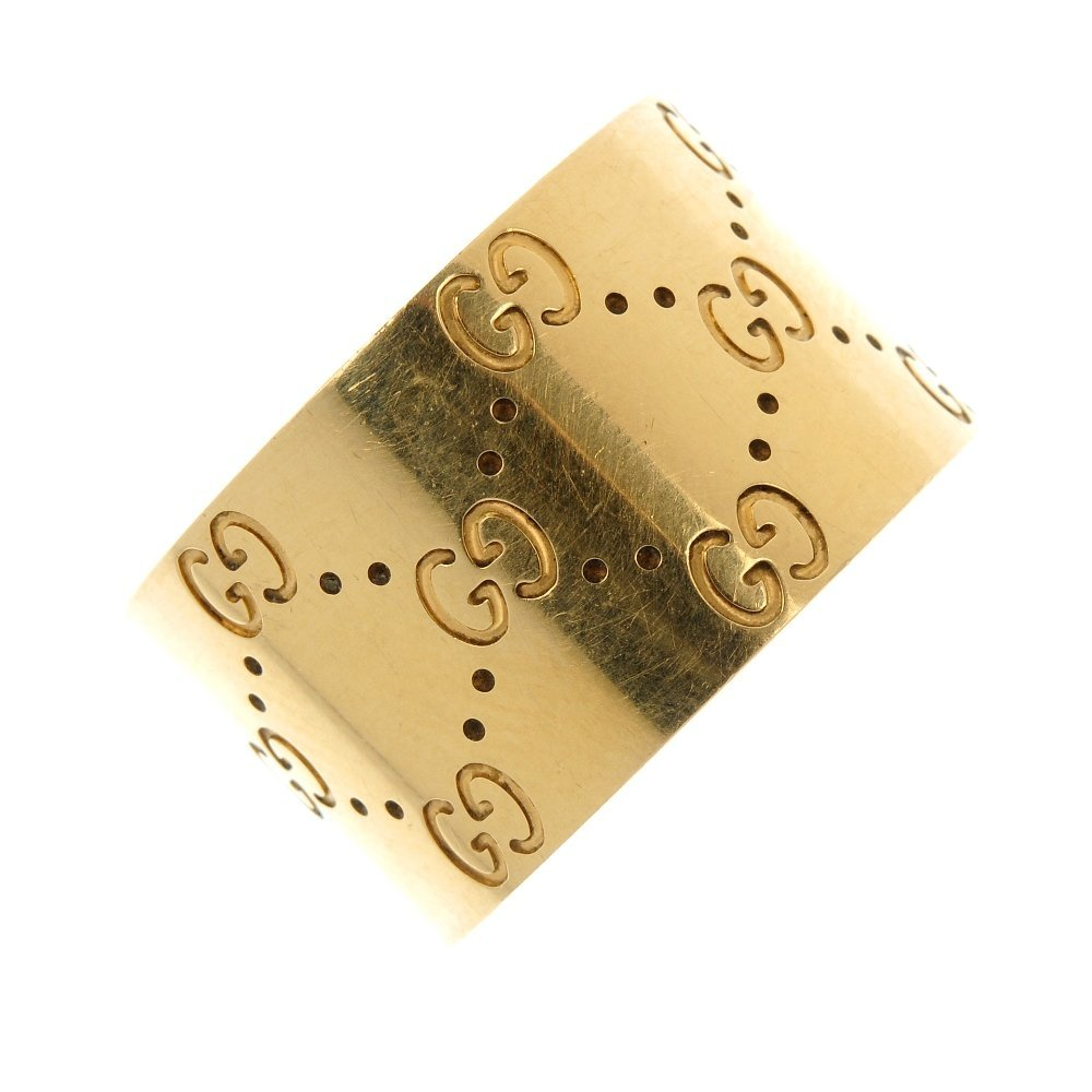 GUCCI - an 18ct gold 'Icon' band ring.