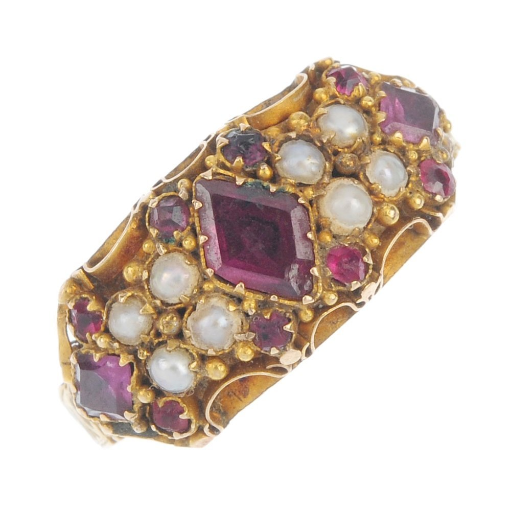 A late Victorian 15ct gold garnet, split pearl and