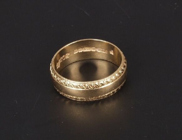8: 18ct yellow gold 6mm 'D' shape wedding rin