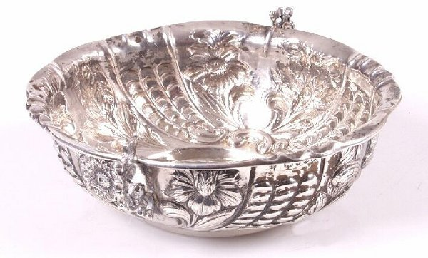 1016: Victorian shaped oval dish, engraved an