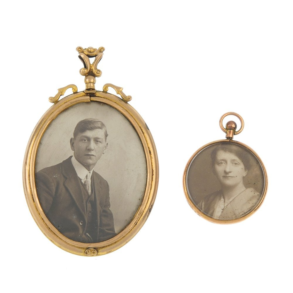 A selection of late Victorian jewellery and novelties.