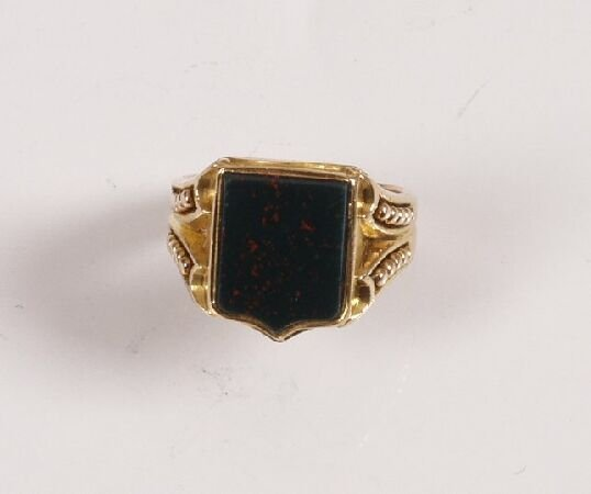 5: 1940's 18ct gold gentleman's signet ring with shield