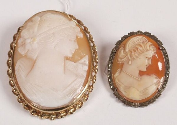 7: 9ct gold oval shall cameo brooch depicting a young w