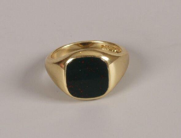 14: Gentleman's 18ct gold signet ring set a square blac