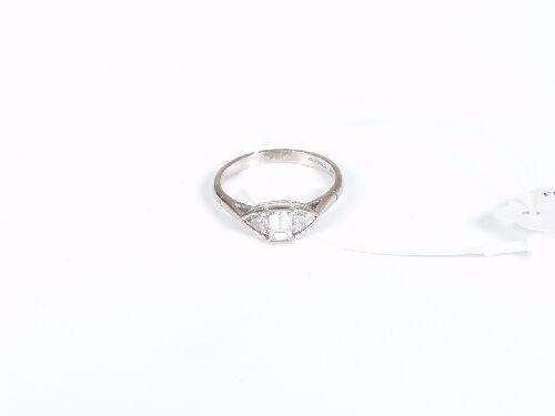 1004: 18ct white gold emerald cut diamond rin