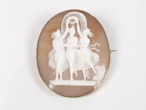 1013: Oval shell cameo brooch depicting the T