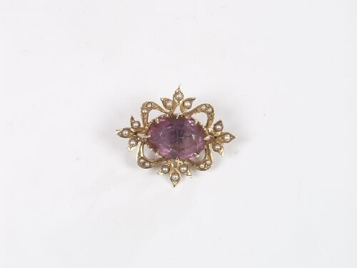 1014: 14k brooch with central oval amethyst o