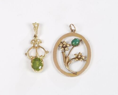 1017: 9ct gold oval openwork pendant set a gr