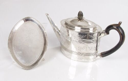 2134: A George III oval shaped tea pot and st