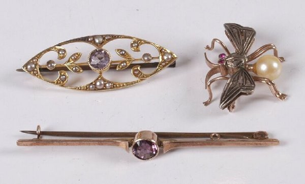 9: Three brooches to include a 15ct gold amethyst and s