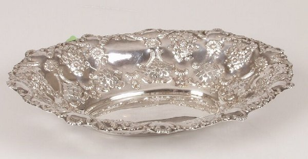 1001: Late Victorian shaped oval dish, with pierced bor