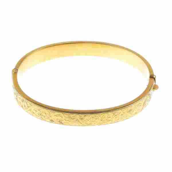 A 1930s 9ct gold hinged bangle.