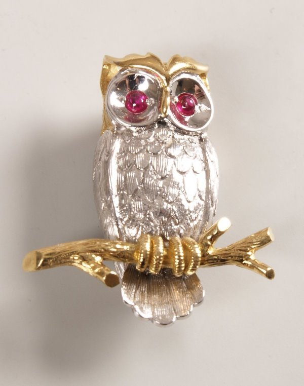 1: 18ct bi-colour gold brooch of an owl with cabochon r